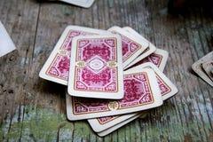 Jouer des cartes sur la table en bois Images libres de droits