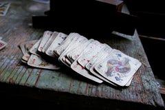 Jouer des cartes sur la table en bois Image stock