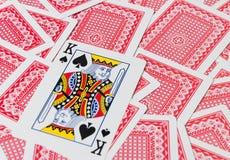 Jouer des cartes sur la table en bois, plan rapproché Images stock