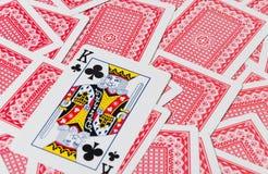 Jouer des cartes sur la table en bois, plan rapproché Photos stock