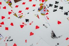 Jouer des cartes sur le divan Photo stock