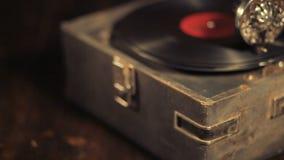 Jouer des disques vinyle sur un rétro phonographe, potefone banque de vidéos