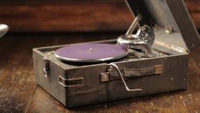 Jouer des disques vinyle sur un rétro phonographe, potefone clips vidéos