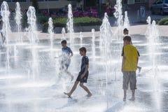 Jouer des enfants au marché inférieur avec des fontaines images stock