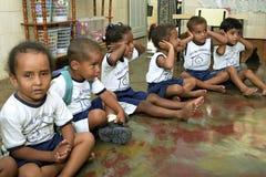 Jouer des enfants dans le jardin d'enfants Photographie stock
