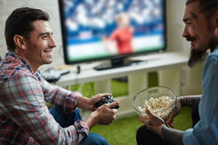Jouer des jeux vidéo au rassemblement d'amis Image libre de droits