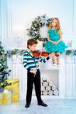 Jouer des mélodies de Noël Photos libres de droits