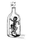 Jouer des squelettes à l'intérieur d'une bouteille Image stock