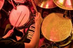 Jouer des tambours à un concert photo libre de droits