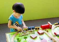 Jouer des voitures et des jouets de poteau de signalisation Photos stock