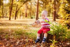 Jouer doux de bébé garçon Photo libre de droits