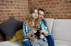 Jouer en jeux vidéo Photographie stock