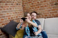 Jouer en jeux vidéo Photos libres de droits