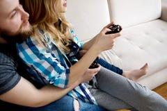 Jouer en jeux vidéo Images stock