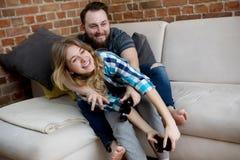 Jouer en jeux vidéo photo libre de droits