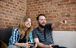 Jouer en jeux vidéo Photographie stock libre de droits