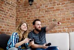 Jouer en jeux vidéo Images libres de droits