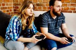 Jouer en jeux vidéo Photo stock