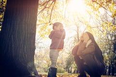 Jouer en nature photographie stock