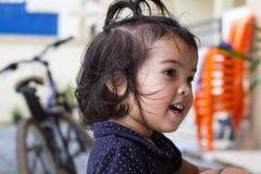 Jouer et sourire d'enfant Photos stock
