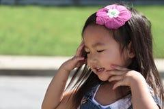 Jouer extérieur d'enfant en bas âge féminin asiatique Image stock
