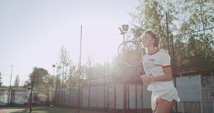 Jouer fille du jeu un de tennis la jolie au court de tennis, jour ensoleillé clips vidéos