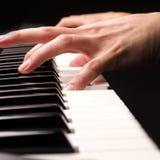 Jouer haut étroit de piano Photo libre de droits