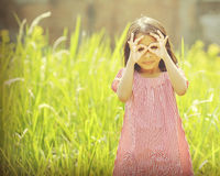 Jouer heureux de fille extérieur Image stock