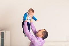 Jouer heureux de fils d'enfant de père et de bébé de famille Image stock