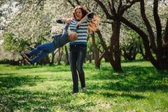 Jouer heureux de fils de mère et d'enfant en bas âge extérieur au printemps ou parc d'été Photo libre de droits