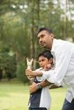 Jouer indien de père et de fils photographie stock