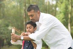 Jouer indien de père et de fils image libre de droits