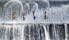 Jouer l'éclaboussure de l'eau Photo stock