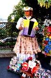 Jouer l'accordéon à Paris Photo libre de droits