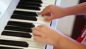 Jouer l'enfant de piano banque de vidéos