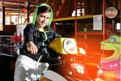 Jouer l'enfant sur le vélo Photographie stock