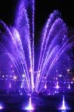 Jouer l'exposition de fontaines avec des feux d'artifice Photographie stock libre de droits