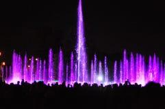 Jouer l'exposition de fontaines avec des feux d'artifice Photos stock