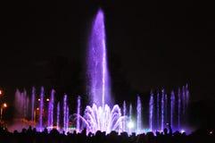 Jouer l'exposition de fontaines avec des feux d'artifice Photo libre de droits