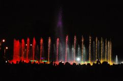 Jouer l'exposition de fontaines avec des feux d'artifice Images libres de droits