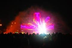 Jouer l'exposition de fontaines avec des feux d'artifice Images stock