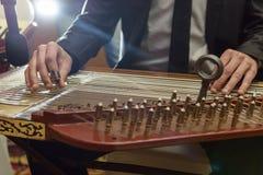 Jouer l'instrument de musique Arabe de Qanon photos stock