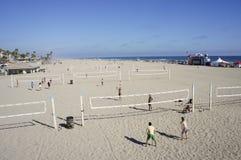 Jouer la boule de volée à la plage Photo libre de droits