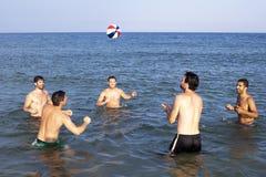 Jouer la boule en mer Photo libre de droits