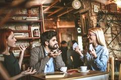 Jouer la carte Personnes espiègles au café Image stock