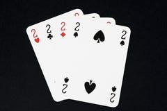 Jouer la carte sur la table noire Images stock