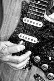 Jouer la guitare électrique Photographie stock libre de droits