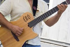 Jouer la guitare Image stock