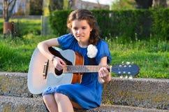 Jouer la guitare Images libres de droits