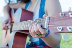 Jouer la guitare Photographie stock libre de droits